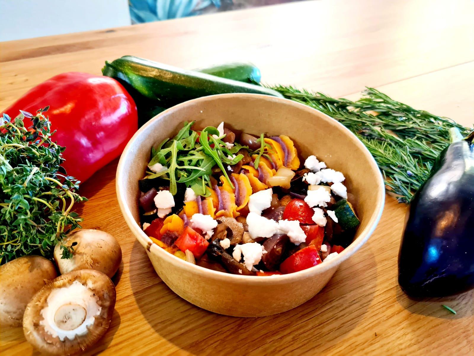 Mediterranes Gemüse mit veganem Feta und Süsskartoffelpuree