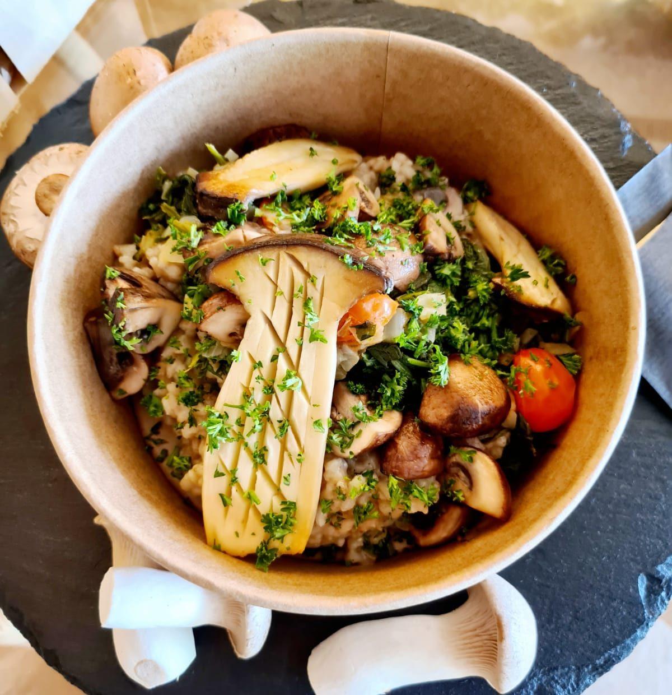Pilzrisotto mit frischen Champignons und Kräuterseitlingen mit Spinat und Cocktailtomaten
