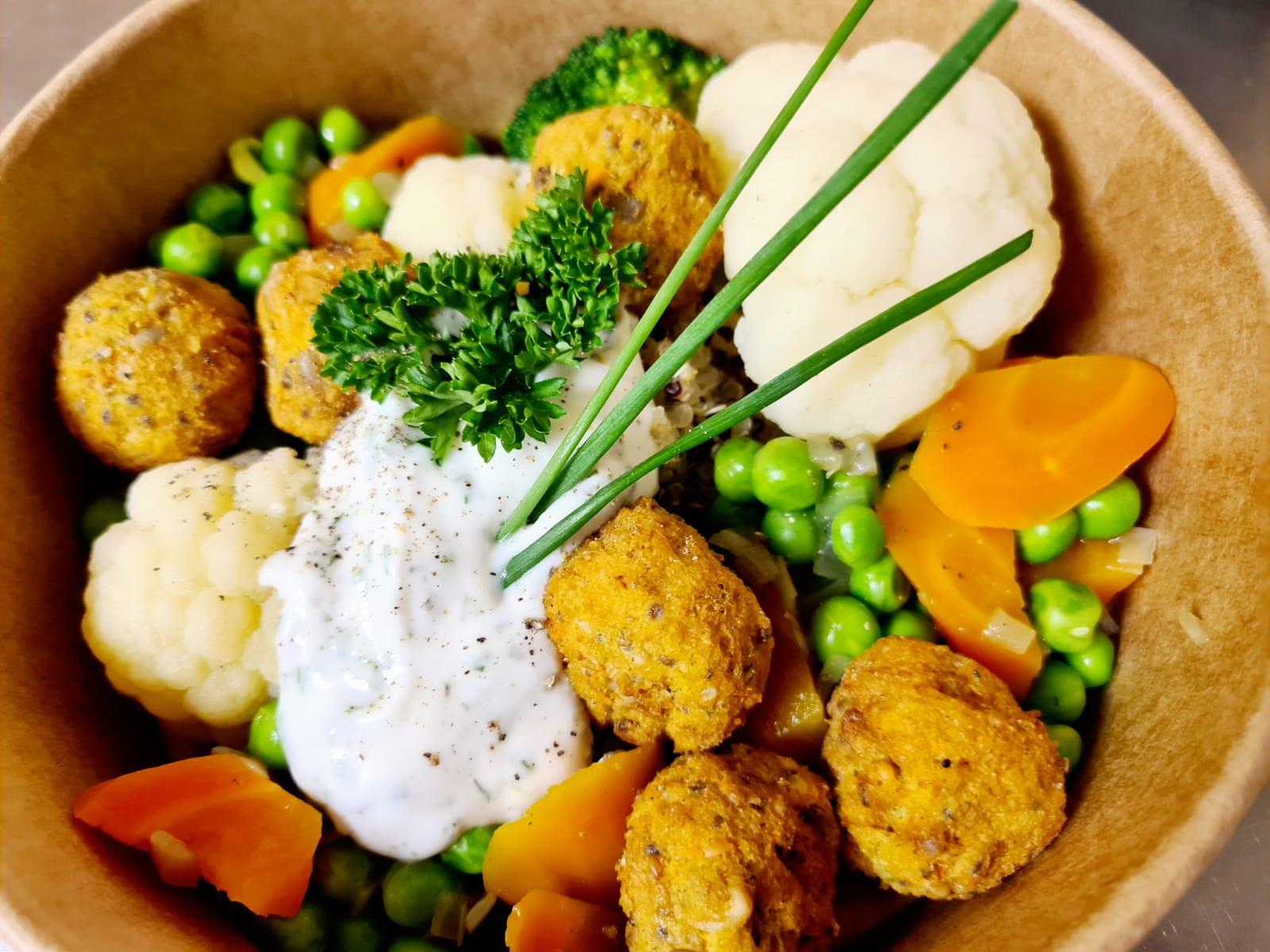 Buntes Gemüse (Rüebli, Erbsen, Blumenkohl, Brokkoli) mit Quinoa, Süsskartoffel Hanfbällchen und Jogurtkräuter dipp